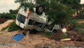 Phá cửa cứu 2 người mắc kẹt trong ôtô 16 lật ngửa