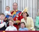 Dân mạng thích thú khi phát hiện con trai út của Kate mặc lại áo cách đây 33 năm của Hoàng tử Harry