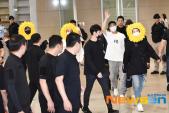 Fan cười bò vì Suga, Jin, J-Hope BTS tự tin khoe cá tính ở sân bay với gương mặt nở hoa toàn tập