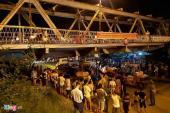 Ôtô cứu hộ chở theo xe nâng mắc kẹt ở gầm cầu Long Biên