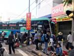 Ôtô chở hàng chục hành khách đâm vào nhà dân