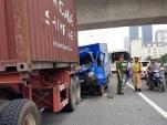 Ôtô tải húc đuôi container, 2 người mắc kẹt trong cabin