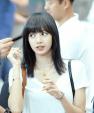Góc lạ lẫm: Lisa Black Pink nhuộm tóc màu đen, lên đường quay về quê nhà Thái Lan