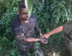 Nam thanh niên nghi ngáo đá dùng dao tự cứa cổ