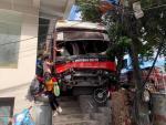 Ôtô khách tông hàng loạt xe máy, 5 người nhập viện