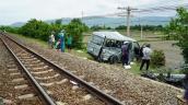 Hiện trường vụ tàu hỏa tông xe 16 chỗ làm 3 người tử vong