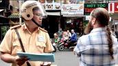 Người đàn ông nước ngoài không đội mũ bảo hiểm bỏ xe khi bị xử phạt