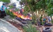 Cháy lốp ôtô cũ, quốc lộ 1 kẹt xe hơn 1 giờ