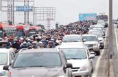 Quốc lộ 1 ùn tắc trong ngày người dân trở lại Sài Gòn sau nghỉ lễ