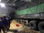 Xe tải tông sập nhà dân, 2 người trong nhà tử vong