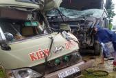 Xe khách chở 20 người biến dạng sau va chạm với ôtô tải