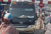 Tài xế xe khách đi lên cầu vượt Thái Hà bị tước GPLX 2 tháng