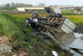 Cắt cabin cứu tài xế xe đầu kéo gặp nạn trên cao tốc