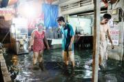 TP.HCM: Hàng trăm hộ dân ngập sâu trong đêm vì… tuột nắp cống