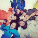 Gia đình MC Phan Anh nằm dài trên tuyết trắng ở Hàn Quốc