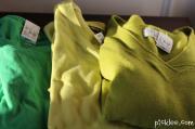 Cách làm vòng nguyệt quế trang trí Giáng sinh từ áo len cũ và móc áo