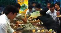 Người Việt tranh ăn: Đại sứ quán phải cúi đầu xin lỗi quan khách