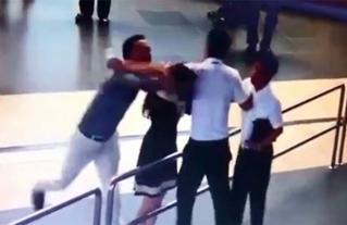 Nữ nhân viên hàng không bị đánh: Sa thải Thanh tra giao thông hành hung?