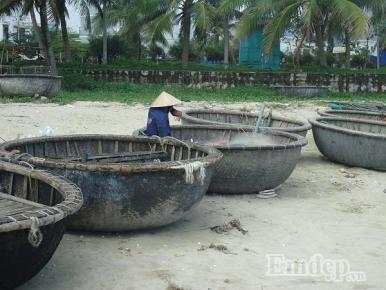 """Cận Tết và nỗi ngậm ngùi """"mất Tết"""" của ngư dân làng chài Mân Thái"""
