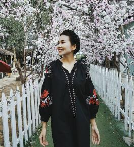 Hà Hồ lạnh lùng với cả cây đen, đối lập Thanh Hằng siêu nữ tính trong street style tuần này