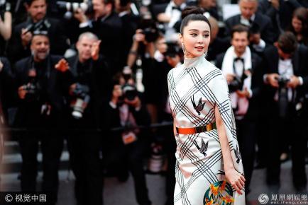 Phạm Băng Băng mặc váy ô cửa trên thảm đỏ LHP Cannes